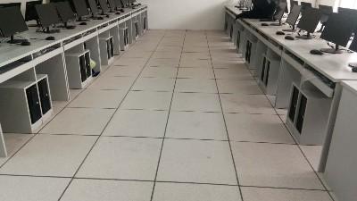 西安学校微机室铺设抗静电活动地板有哪些好处?