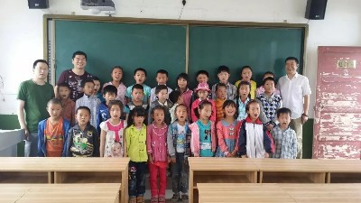 未来星防静电地板捐赠爱心图书,温暖孩子们的心